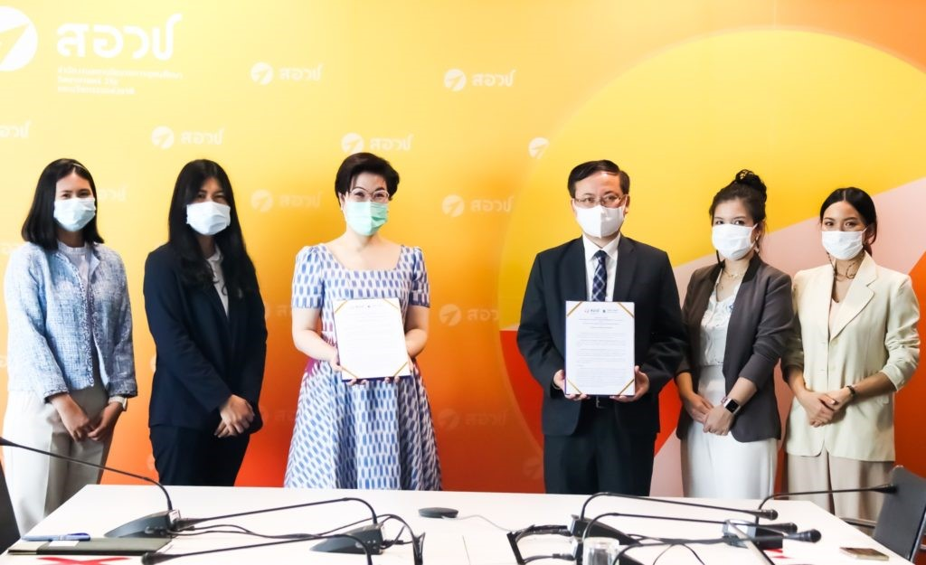 A group of people holding papers  Description automatically generated with low confidence